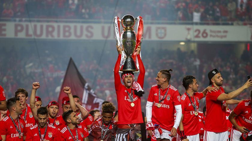 O momento em que o Benfica levantou a taça de campeão