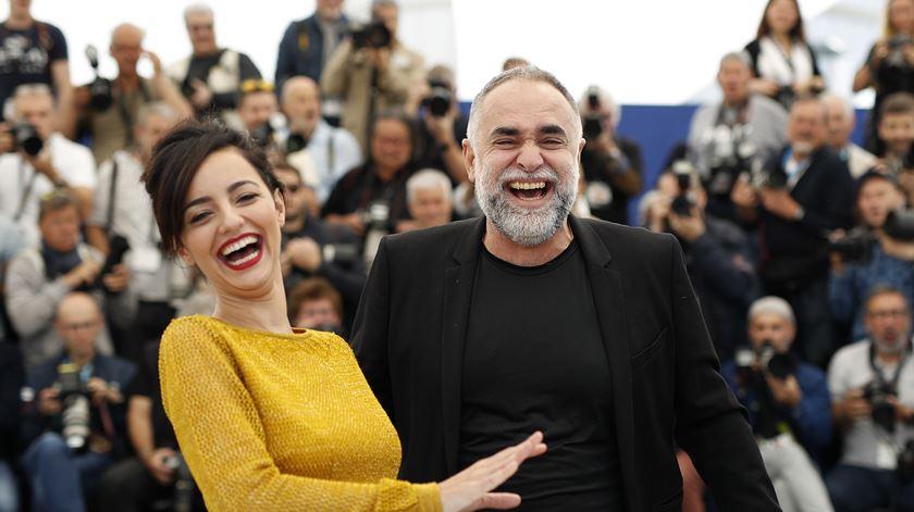 Atriz Julia Stockler e o realizador Karim Ainouz. Foto: Julien Warnand/EPA