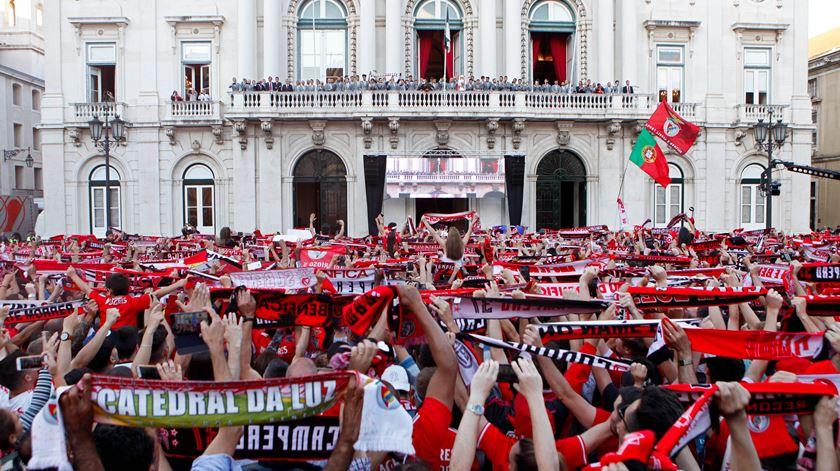 Equipa do Benfica recebida em apoteose na Câmara Municipal de Lisboa