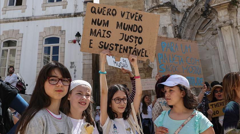 Jovens em protesto em Coimbra. Foto: Paulo Novais/LUSA