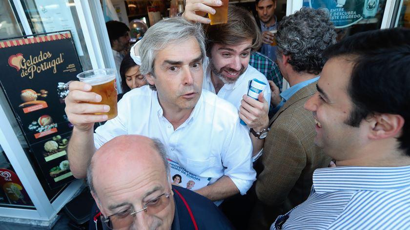 Cerveja, abraços e uma cantiga original: Assim foi o último dia de campanha