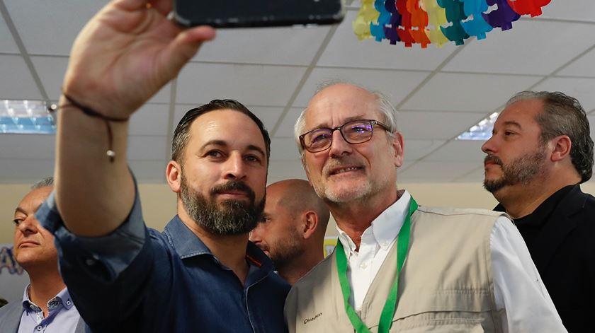 Líder do Vox, partido de extrema-direita em Espanha, Santiago Abascal (ao centro) posa para uma selfie com um apoiante. Foto:J. P. GANDUL/EPA