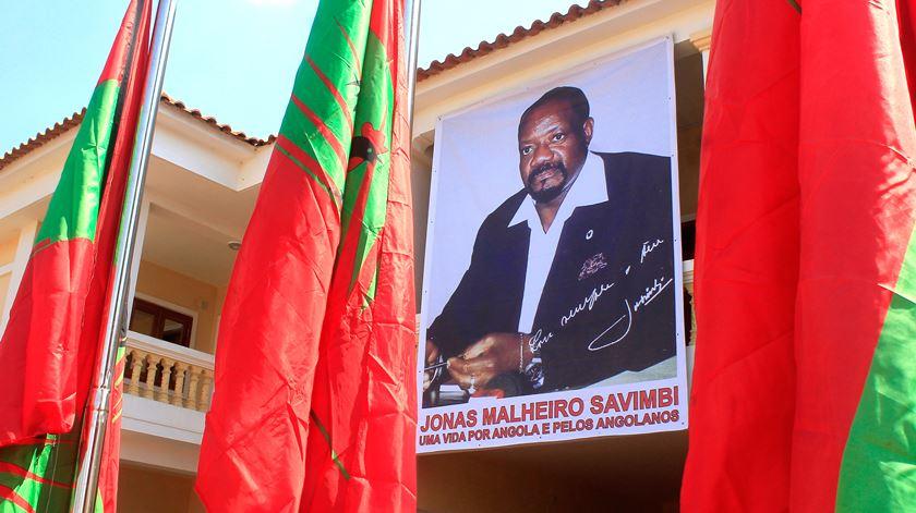 """Família de Savimbi diz-se """"finalmente em paz"""" depois de receber restos mortais do líder da UNITA morto em 2002"""