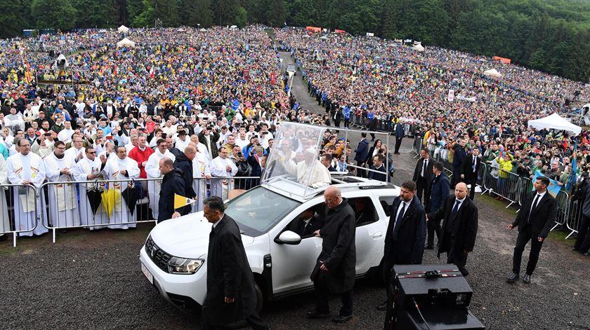 """Papa em santuário na Transilvânia: """"Peregrinar significa sentir-se chamados e impelidos a caminhar juntos"""""""