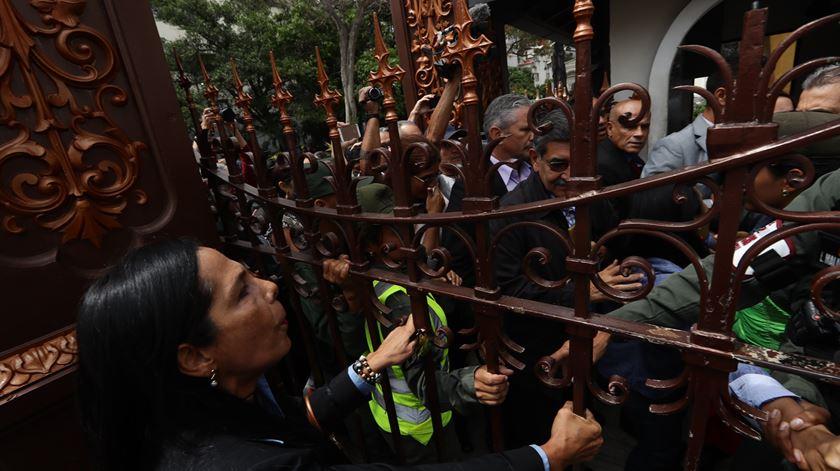 Venezuela. Jornalistas rompem bloqueio militar e entram à força no Parlamento