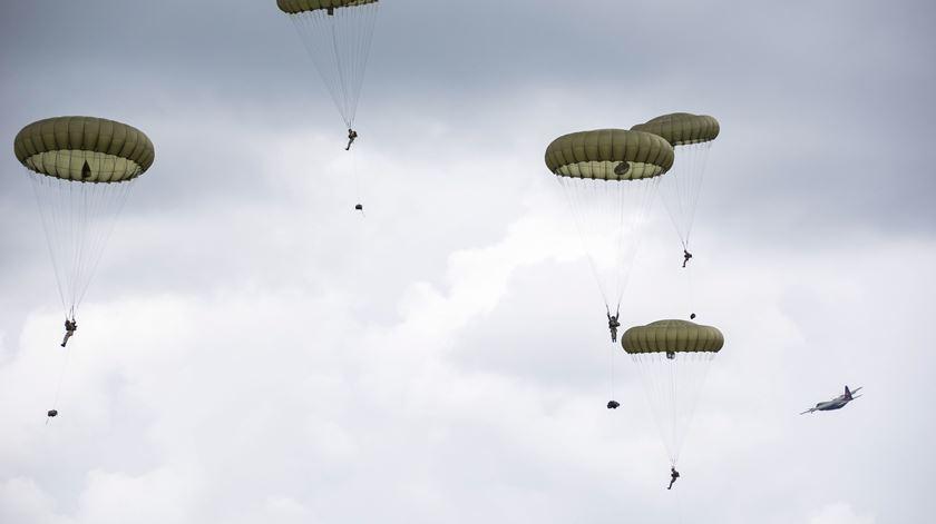 Descida simbólica de pára-quedas para celebrar os 75 anos do Dia D. Foto: Ministério da Defesa do Reino Unido/EPA