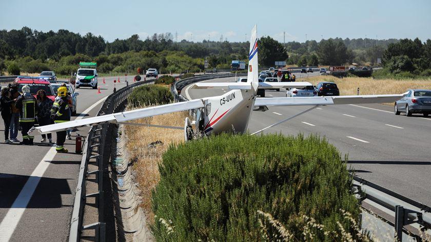 O alerta do acidente com a aeronave foi dado às 15h26 e no local, às 16h00 horas estavam 18 operacionais, entre bombeiros e elementos do INEM e seis viaturas. Foto: Miguel A. Lopes