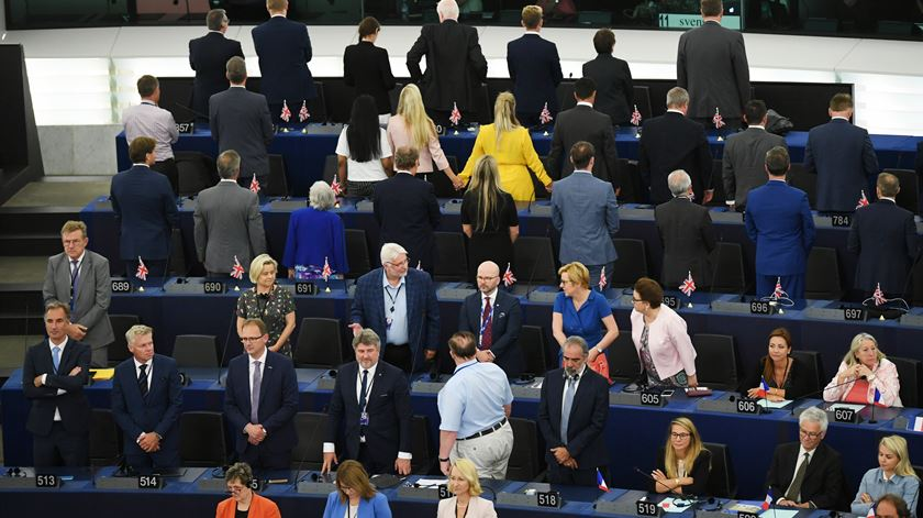Deputados do Brexit viram costas durante hino no Parlamento Europeu
