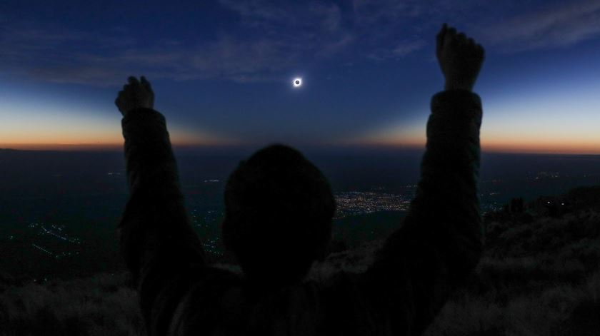 Eclipse solar deslumbra milhares de turistas no Chile