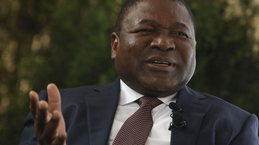 """Moçambique enfrenta """"uma versão de guerra"""" diferente, diz presidente"""