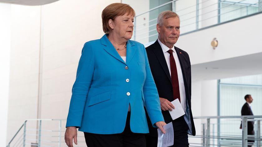 Merkel sofre nova crise de tremores em público, a terceira em menos de um mês