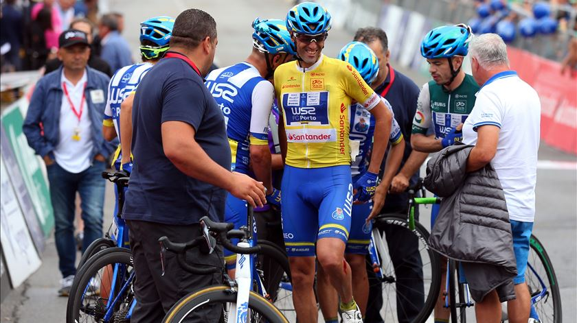 Gustavo Veloso cai mas continua de amarelo