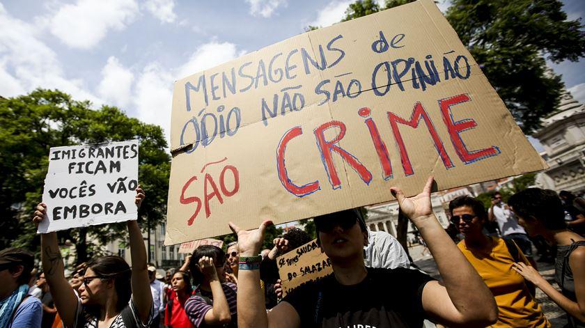 """""""Não passarão"""". Centenas de pessoas manifestam-se contra encontro neonazi em Lisboa"""