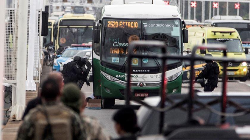 Polícia abate homem que sequestrou autocarro na ponte Rio-Niterói
