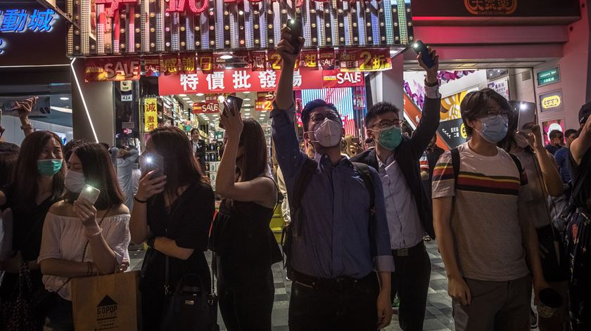 Manifestantes de Hong Kong fazem cordão humano inspirado em protesto anti-comunista