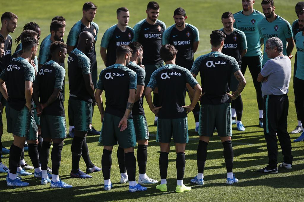 Fernando Santos admite já ter entre 18 a 20 jogadores certos na convocatória para o Europeu Foto: Rodrigo Antunes/Lusa