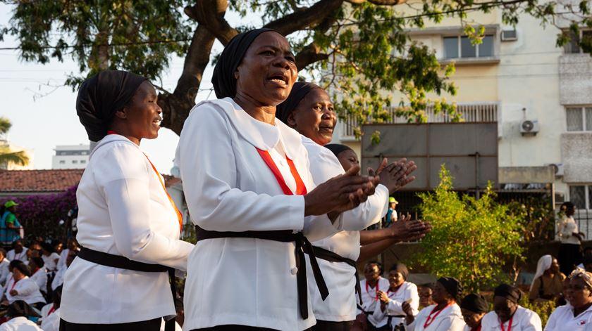 Católicos moçambicanos aguardam a chegada do Papa. Francisco regressou de África para Roma na terça-feira. Foto: Yeshiel Panchia/EPA