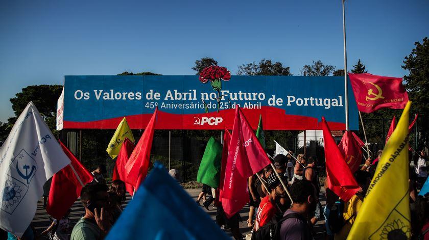 JP entrega a António Costa abaixo-assinado com 5 mil assinaturas contra a Festa do Avante