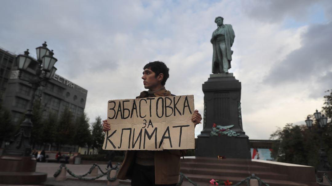 Em Moscovo, jovem exibe cartaz em defesa do planeta. Foto: Sergei Ilnitsky/EPA