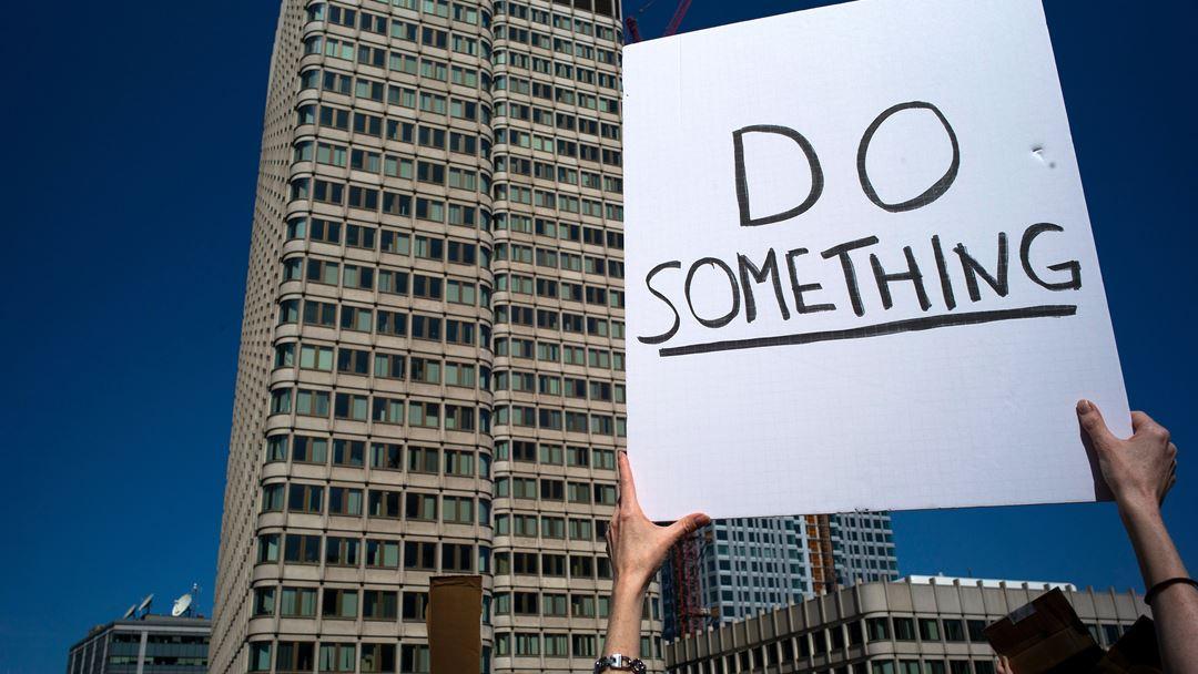 """""""Façam alguma coisa"""", pediram os manifestantes em Boston, nos Estados Unidos. Foto: CJ Gunther/EPA"""