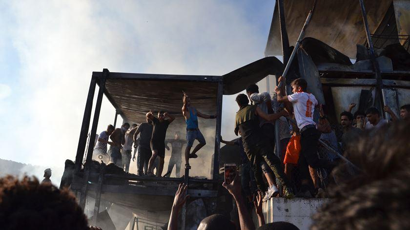 Polícia grega usa gás lacrimogéneo após incêndio em campo de refugiados