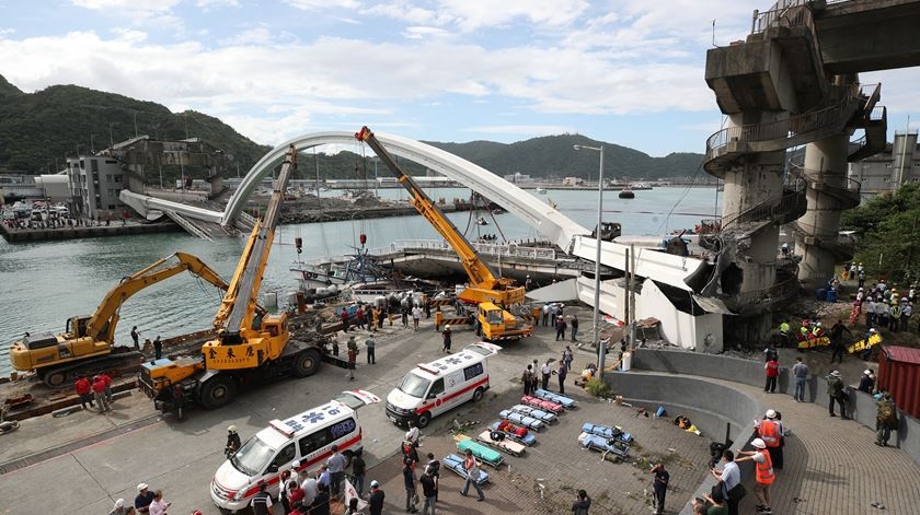 Taiwan. Veja o momento da queda de uma ponte em Su