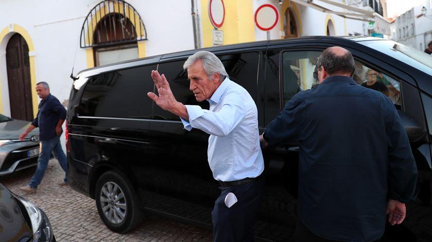 """Freitas do Amaral. Jerónimo endereça condolências a meio de """"arruada"""" no Chiado"""