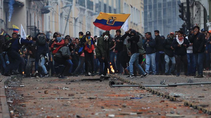 Protestos no Equador já fizeram cinco mortos. Oito polícias foram tomados reféns