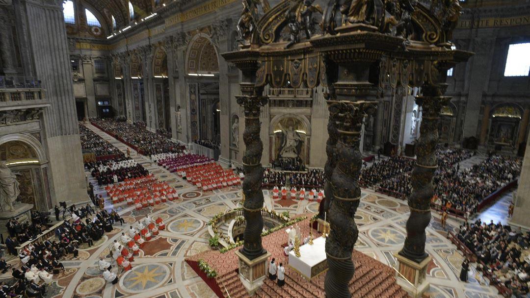 A celebração começou com um momento de oração em silêncio, do Papa, diante do altar da Confissão, sobre o túmulo do apóstolo São Pedro, seguindo-se a saudação dos novos cardeais.