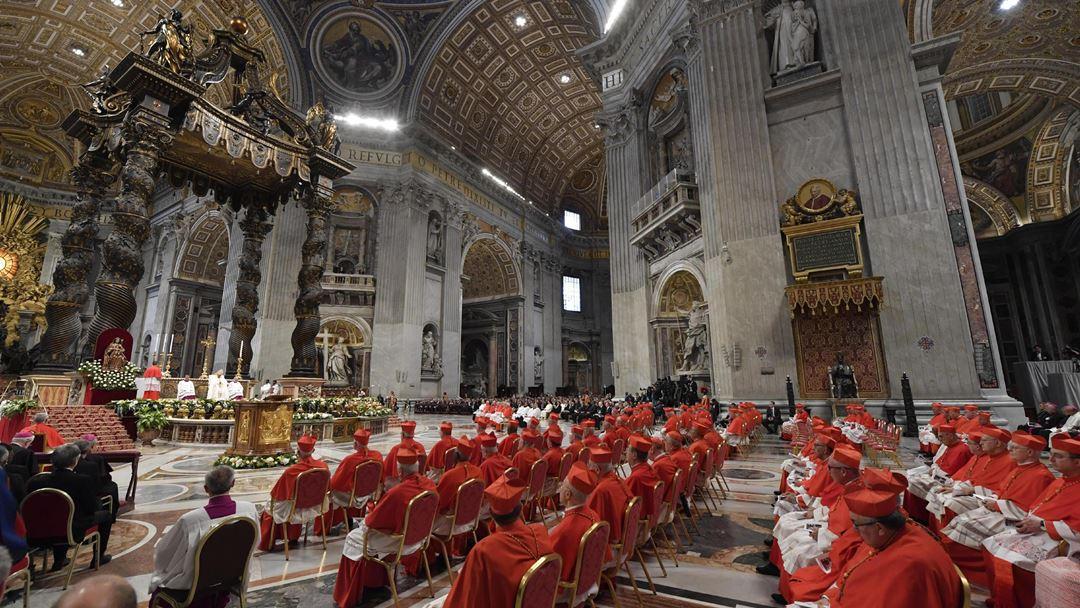 Cada um dos novos cardeais ajoelhou-se para receber o barrete cardinalício, de acordo com a ordem de criação: D. José Tolentino Mendonça foi o segundo dos 13 prelados presentes.