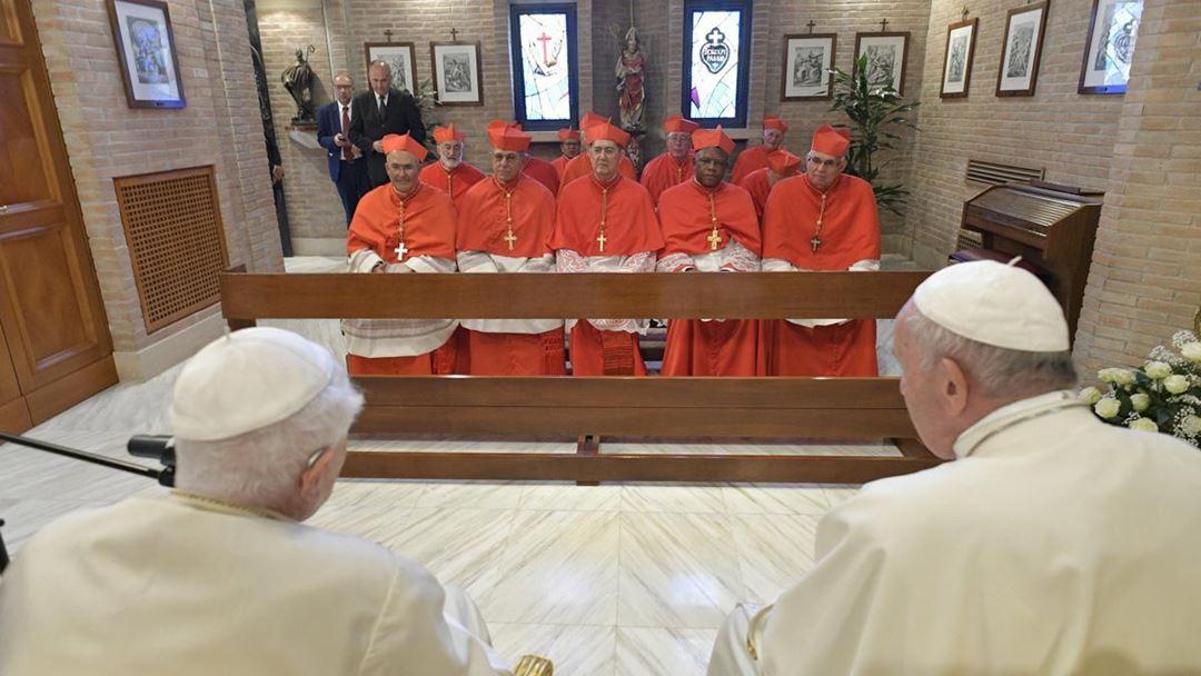 Após o Consistório, Francisco e os novos cardeais cumprimentaram o Papa emérito Bento XVI, com quem rezaram no Mosteiro Mater Ecclesiae, onde este reside.