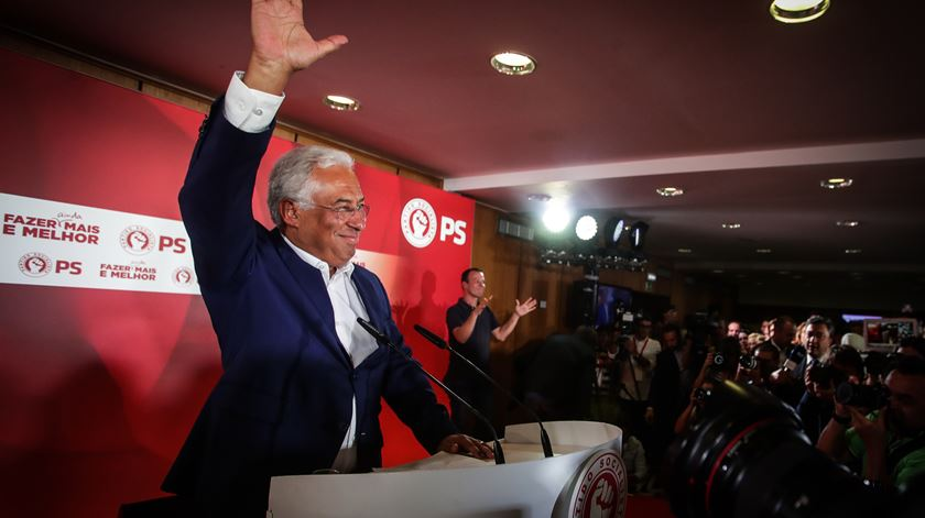 """A noite das legislativas. Iniciativa Liberal, Livre e Chega entram no Parlamento, Costa prepara """"geringonça"""" 2.0"""