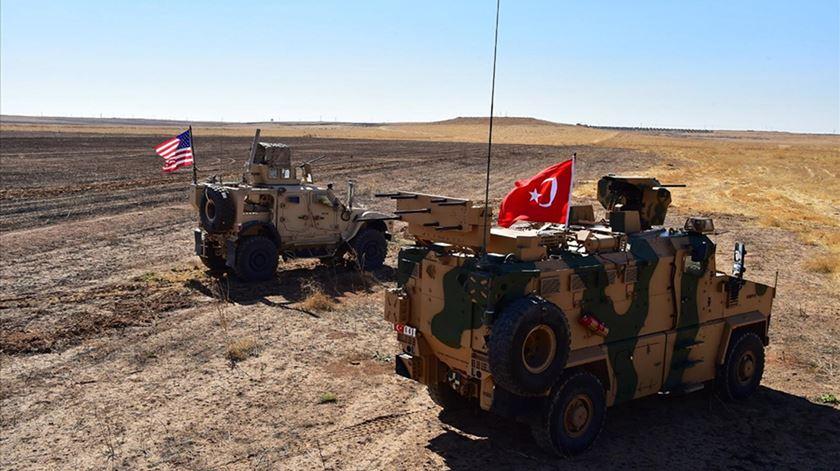 Tropas americanas e turcas na zona de segurança no norte da Síria. Foto: EPA