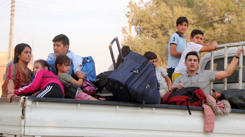 Curdos fogem de ofensiva da Turquia no nordeste da Síria. Foto: EPA