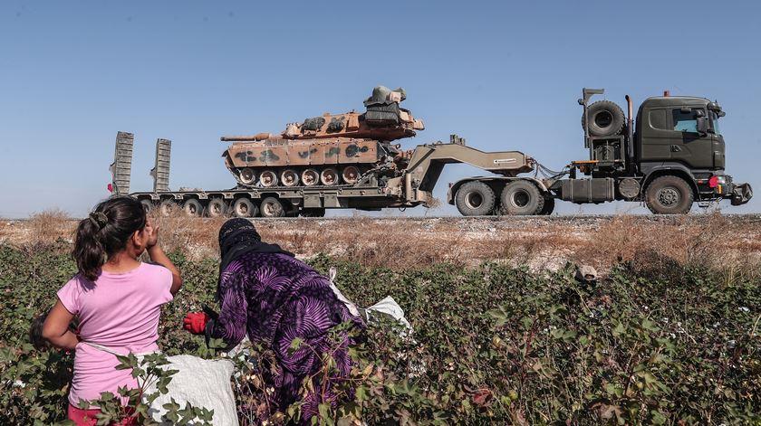 Tropas da Turquia a caminho do nordeste da Síria. Foto: EPA