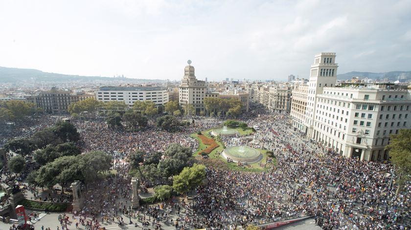 Avenidas cortadas, aeroporto ocupado. Protestos contra condenação de independentistas tomam Barcelona