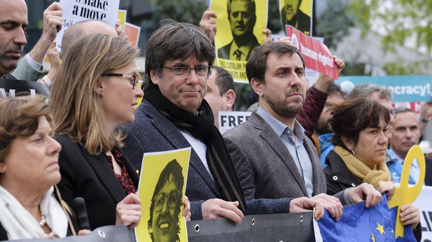 Puigdemont junta-se a protesto em frente à Comissão Europeia