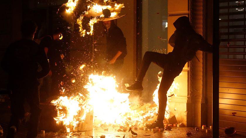 Extrema-direita e independentistas em confrontos violentos em Barcelona