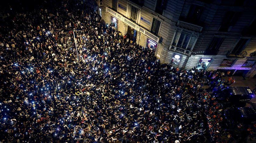 Polícia avança sobre manifestantes que cortaram avenida em Madrid