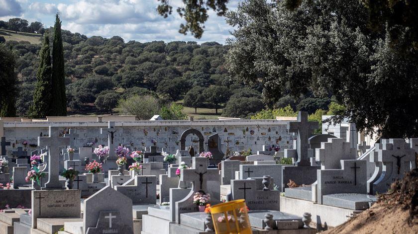 Restrições do Governo impedem muita gente de ir aos cemitérios este fim-de-semana. Foto: Rodrigo Jimenez/EPA
