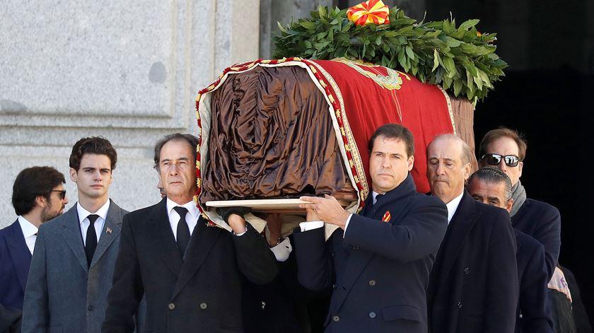 Franquistas em protesto e uma bandeira proíbida na exumação de Franco