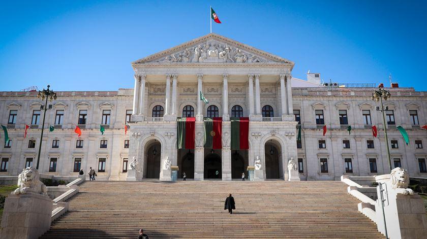 Novo caso positivo de Covid-19 no Parlamento