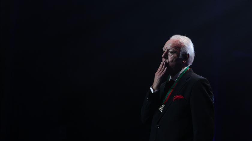 No dia do último concerto, Costa condecora Carlos do Carmo com a medalha de mérito cultural