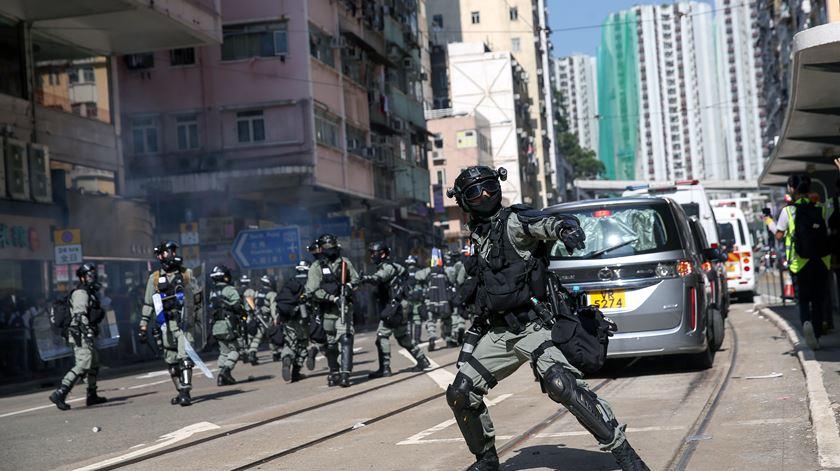 Hong Kong. Novos confrontos após dia de greve com 128 feridos e 260 detidos