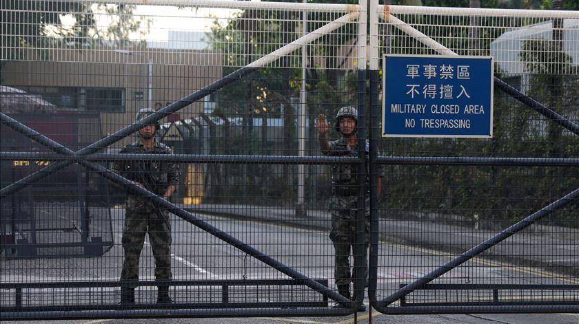 Soldados chineses saíram do quartel e ajudaram a limpar ruas de Hong Kong