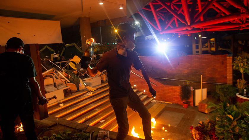 Polícia de Hong Kong invade campus universitário e ameaça disparar balas reais