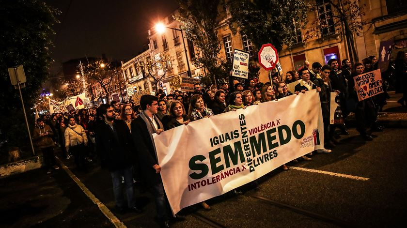 """Centenas marcham em Lisboa em """"luto pelo assassinato de três mulheres por mês"""""""