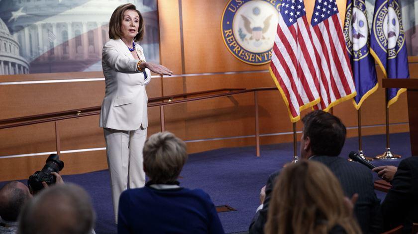 """""""Não odeio ninguém, sou católica"""". Tensão entre Nancy Pelosi e jornalista por causa do processo de destituição de Trump"""