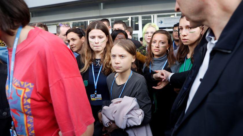 Multidão de jornalistas e fãs obriga Greta a abandonar marcha pelo clima