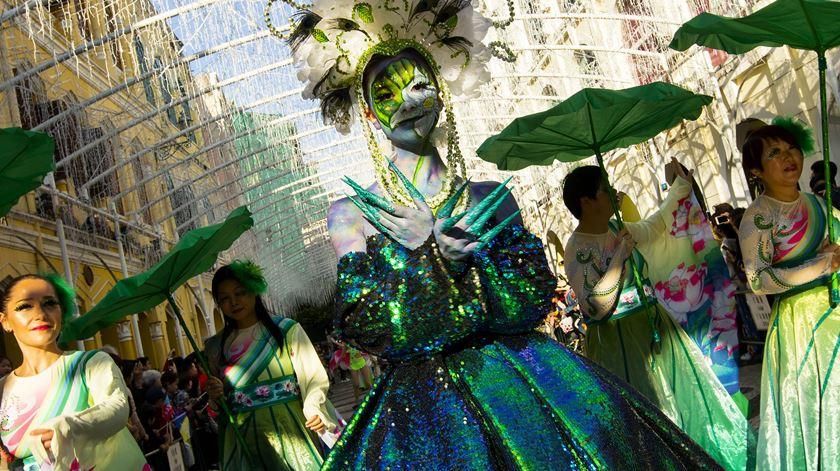 Desfile Internacional enche ruas de Macau com milhares de curiosos e 1.800 artistas